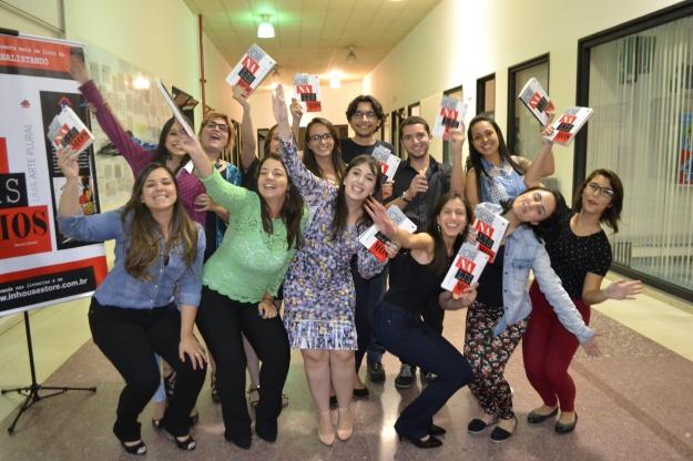 Jovens jornalistas da Rio Branco com a professora Renata Carraro, comemorando o lançamento do livro