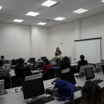 Cristiane palestrando aos alunos de jornalismo da Anhembi Morumbi, campus Vila Olímpia. Foto: Patrícia Paixão